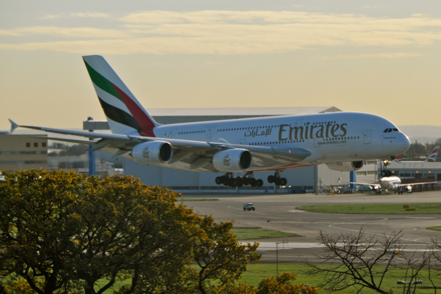 ek-a380-in-heathrow